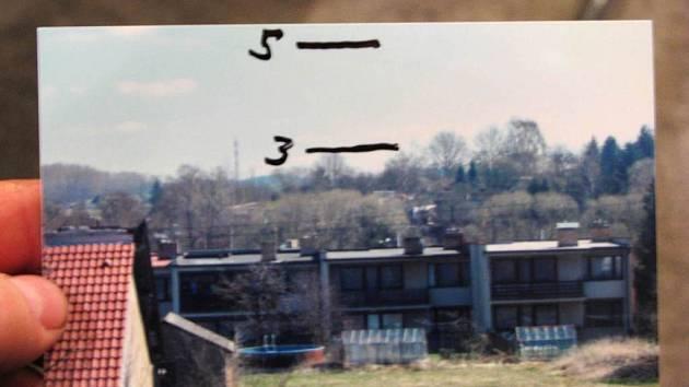 Čáry na fotografii ukazují, kam by měl nový objekt podle odpůrců dosahovat
