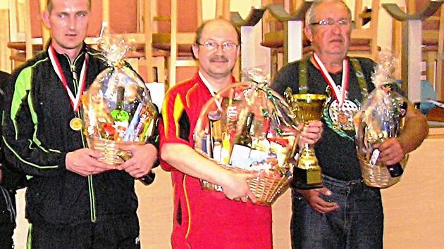 Nejlepší trojice. Vítěz Josef Pavelka (uprostřed), druhý Milan Štěpánek (vlevo) a třetí Pavel Linhart.