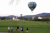 Vedle továrny Mars se snesl k přistání horkovzdušný balón