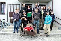 Před prvním letošním otevřením, které se uskuteční v pátek 5. června, si příznivci vlašimské astronomie zorganizovali brigádu.