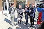 Tisková konference hejtmanky Středočeského kraje Jaroslavy Pokorné Jermanové před ředitelstvím Nemocnice Rudolfa a Stefanie  Benešov v neděli 15. března.
