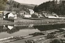 Takto se plavily na přelomu 19. a 20. století vory po řece Sázavě na úseku dlouhém přes 140 kilometrů, ato od Světlé nad Sázavou až po soutok s Vltavou u Davle.