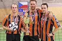 Takto se před deseti lety radovali Babka (vlevo), Makara a Stejskal v dresu Šacungu z domácího titulu ve trojicích. Nyní proti sobě budou bojovat v extraligové baráži.