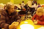 Ze setkání školáků s dříve narozenými občany v Domově seniorů v Benešově.