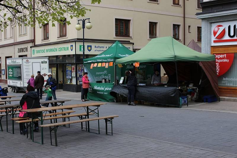 Benešovské čarodějnice prožili přítomní na Masarykově náměstí pod májkou.