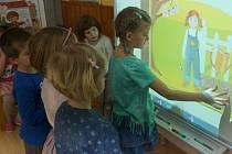 Interaktivní pomůcky ve vlašimské škole.
