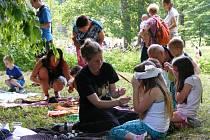 Dětský den pořádala YMCA ve spolupráci se studenty Obchodní akademie Neveklov, Sokoly, členy Okresního mysliveckého spolku Benešov, skauty a průvodkyněmi Zahradního klubu Dešťovka.