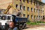 Hasiči, především ti bývalí, sledovali s dojetím demolici areálu někdejšího Veřejného požárního útvaru.