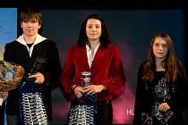 Dominik Míka, střelec Benešova se stal nejlepším mládežnickým sportovcem roku 2012 na Benešovsku a na pódiu se vyfotil s druhou v pořadí, florbalistkou Benešova Anetou Pernou a třetí šachistkou Vlašimi Nelou Pýchovou.