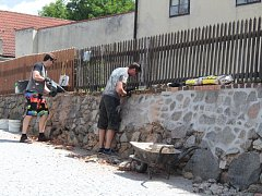 Oprava ohradní zdi u fary v Týnci nad Sázavou. Foto: Deník / Jana Vrtišková