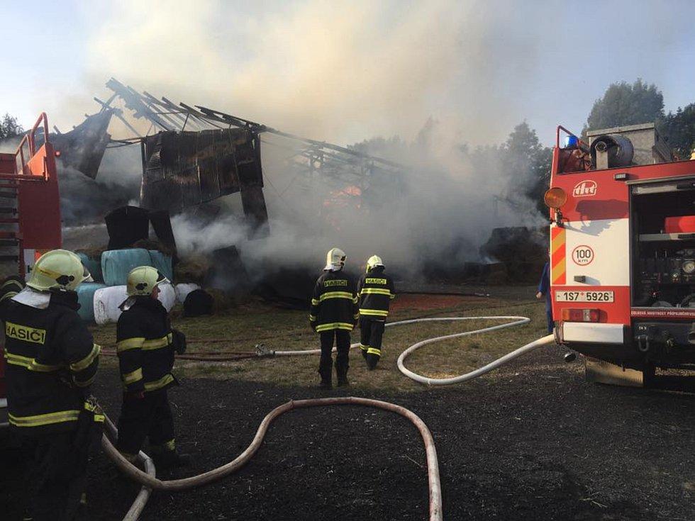 Hasiči zasahovali u požáru seníku v Pravoníně.