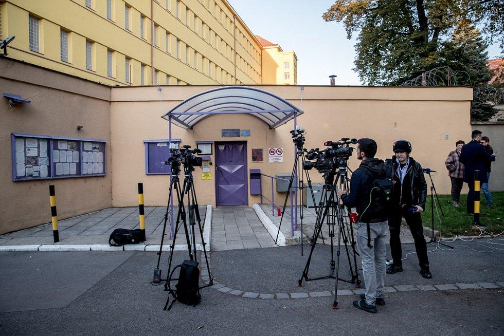 Novináři čekají před vazební věznicí Ruzyně na nástup Davida Ratha 7. října v Praze.