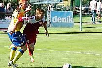 Střídající Vojtěch Přitasil z Benešova (ve žlutém) se snaží zastavit brozanského Güntera Bittengela.