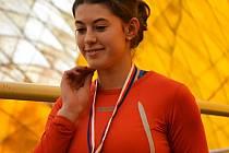 Kateřina Škvorová se raduje z premiérové medaile z hladké šedesátky.