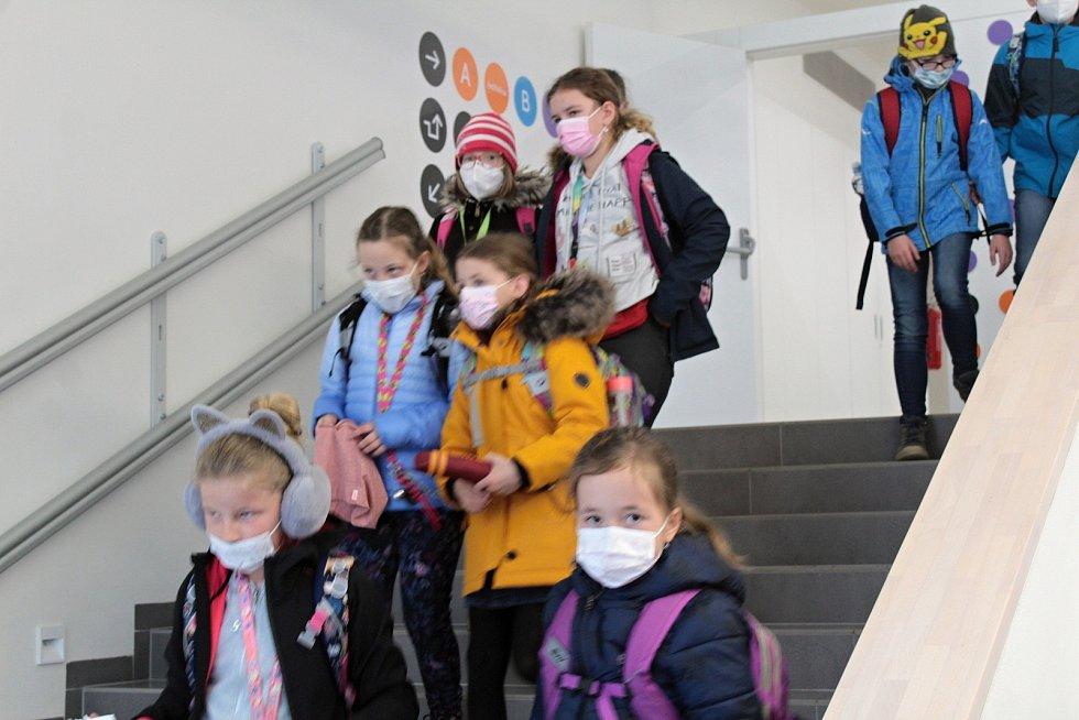 Z odchodu dětí ze Základní školy v Týnci nad Sázavou první den po skončení nouzového stavu.