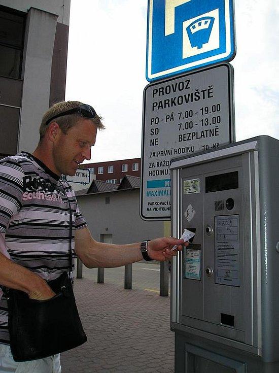 Kapitán Slavie Stanislav Vlček při placení parkovného u redakce Benešovského deníku.