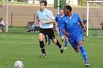 Houssoimdine Abdallah (v modrém) se tentokrát gólově za Nespeky proti Všenorskému SK neprosadil, ale po výhře 3:0 mu to jistě nevadilo.