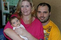 Adélka Kratochvílová se svými rodiči na návštěvě v redakci Benešovského deníku.