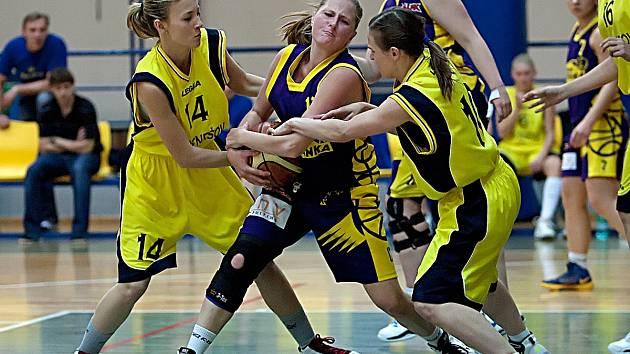 Tereza Dlasková (vlevo) s Lucií Vosátkovou z Benešova se urputně snaží vytrhnout míč Tereze Štechové ze Slovanky.