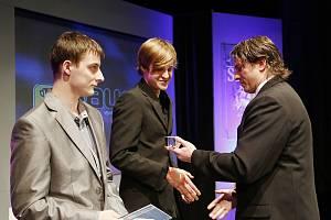 Matyáš Vrtiška dostává cenu za první místo z rukou šestinásobného vítěze hokejové extraligy a současného šéftrenéra hokejové mládeže v Benešově Jan Srdínka. Vlevo stojí druhý v pořadí, letecký akrobat David Beneš.