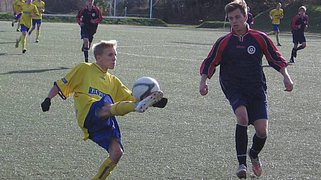 Pavel Breburda (u míče) se za benešovské béčko gólově se Spartakem Příbram neprosadil.