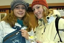 Linda Krahulcová a Klára Nekovářová z SOŠ Benešov při prodeji přívěsků během Srdíčkového dne.