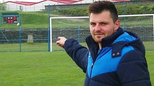 Michal Bohata, jediný střelec zápasu Benešova s Domažlicemi ukazuje výsledek zápasu.