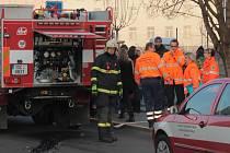 Prověřovací hasičské cvičení u výškové budovy ve Vnoučkově ulici.