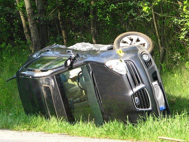 Nedělní nehodu zjevně způsobil řidič Opelu Astra jedoucí od Benešova, který narazil do dvou protijedoucích aut a sám skončil v poli.