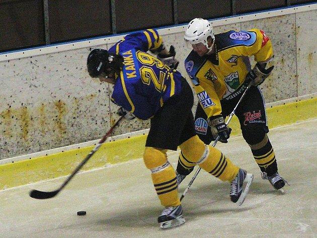Benešovský kapitán Michal Kaňka (v modrém) byl jediným domácím střelcem, tentokrát byl těsně bráněn kutnohorským Ondřejem Nakládalem.