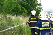 Začínající požár louky u benešovského ČSAD hasiči zlikvidovali.