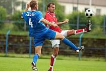 Benešovský zkušený stoper Ladislav Doseděl (v červeném) odvracel míč před útočníkem Ovčár.