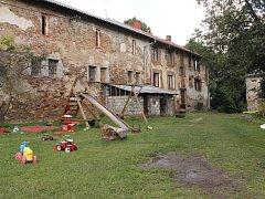 V areálu ve Vlčkovicích žijí dvě rodiny v sociálním bydlení.