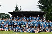 Účastníci tábora v Růžové u Milevska, který pořádala šachová škola Stamat z Chrástu nad Sázavou.