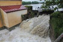 Opatření složek IZS kvůli obavě, že praskne stavidlo hráze Splavského rybníka.