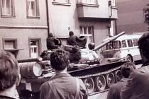 Ruský tank přijíždí v roce 1968 do Vlašimi.