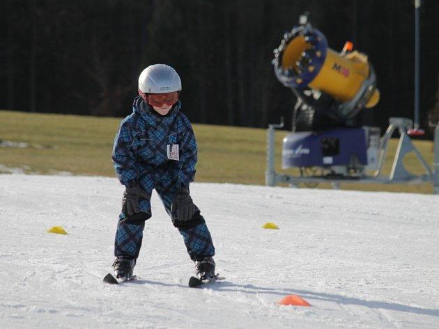 Malý lyžař v Tvoršovicích na svahu vedle golfového hřiště.