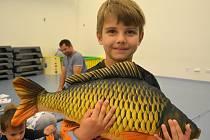 Děti měly možnost na první lekci rybářského kurzu poznat, jak se ovládá prut na ryby, naviják, vezírek, co ryby nejraději baští nebo jak veliký může být kapr.