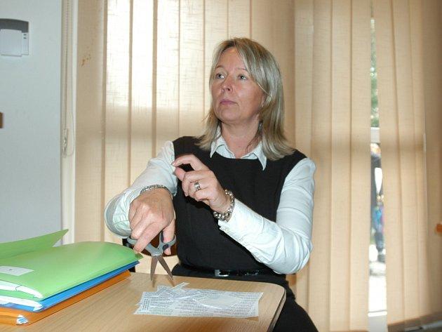 Soňa Vanhoecke upozorňující na nedochvilnost kolegů zvolební komise vDDM vBenešově