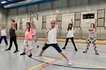 Taneční skupina Dancing cracers trénuje také děti v Základní škole Sázava.