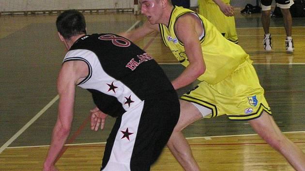 Michal Vocetka (ve žlutém) tentokrát benešovským basketbalistům nepomohl
