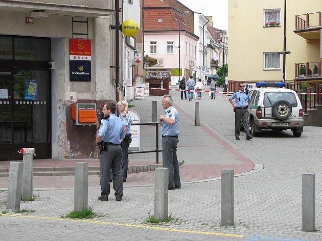 Česká pošta v obležení policistů.