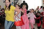 Děti se na maškarním karnevalu v Kozmicích skvěle bavily.