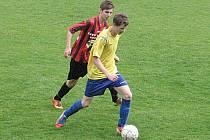 Benešovský mladší dorostenec Radek Hýbek (ze žlutém) si kryje míč před kutnohorským Lukášem Dostálem.