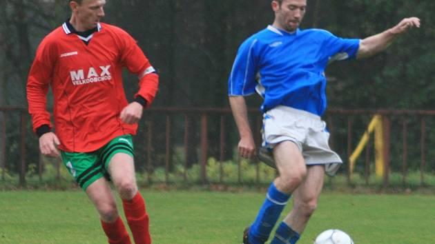 V zápase okresního přeboru si neveklovský Marcel Váňa (v modrém) kryl míč před jírovickým Martinem Kleplem.