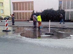 Zahájení prací na opravě poškozeného vodovodu v ulici Na Bezděkově.