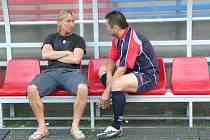 Horst Siegl. Bývalý ligový kanonýr (vlevo) střádá na lavičce plány se sponzorem klubu Milanem Šedivým, jak dostat Jiřího Novotného do Votic