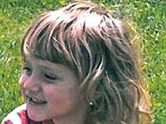 Kolínští policisté pohřešují Elišku Strelcovou, nar. 8.7.2011. Dívka odjela 26.8.2015 v dopoledních hodinách z  bydliště ( Horní Kruty mezi Sázavou a Kouřimí) v doprovodu své matky Aleny Beljasinové.