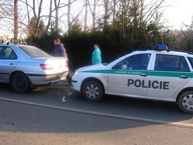 Policejní auto zezadu narazilo do Peugeotu