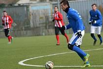 Stoper Vlašimi Jakub Štochl vyváží míč ve vítězném zápase se Štěchovicemi.